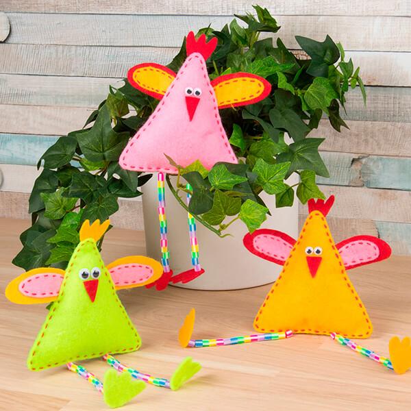 Påskkycklingar i glada färger med långa ben av rörpärlor