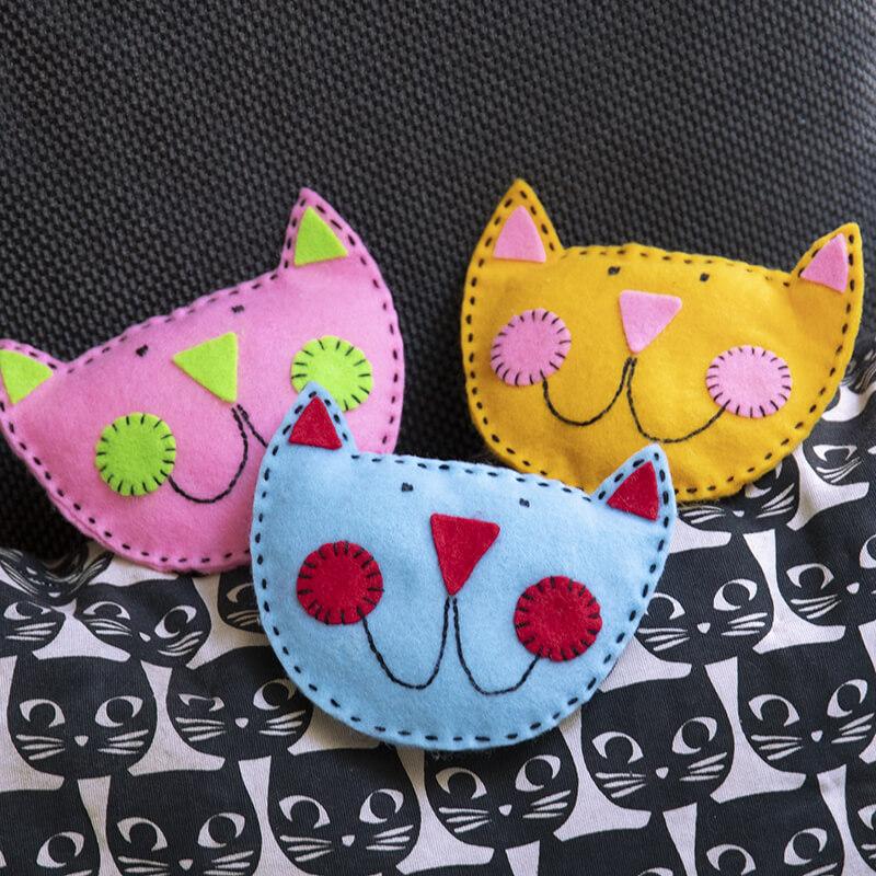 Sy katter av hobbyfilt. Kreativt pyssel för barn.