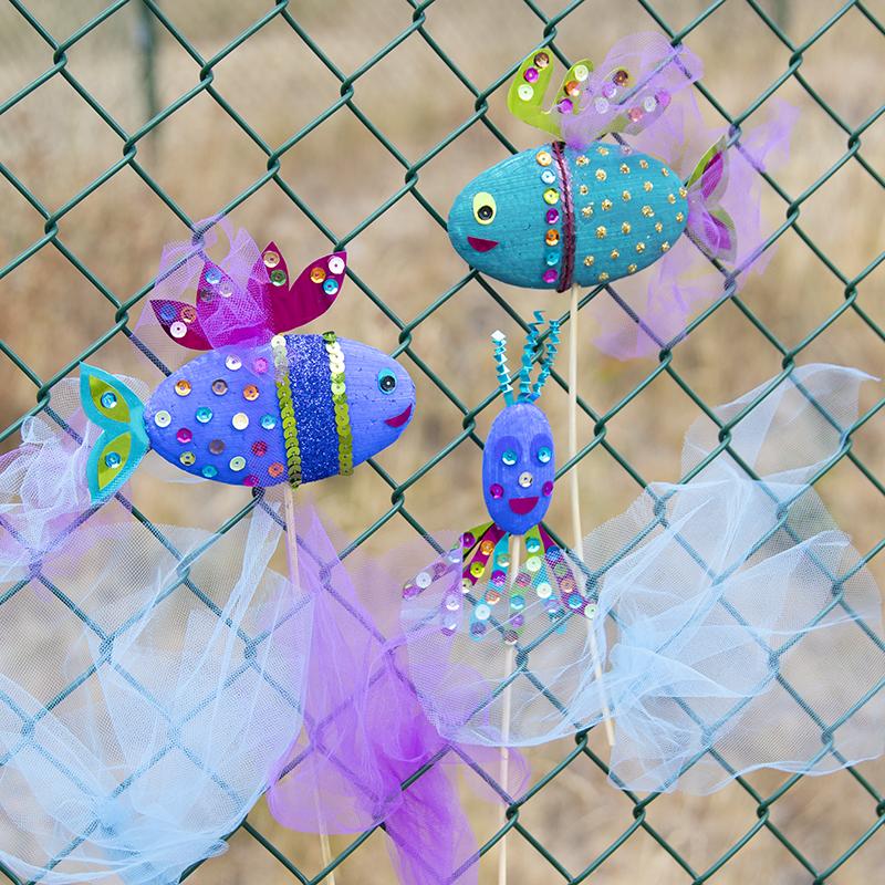 Pyssla färgglada fiskar med glitter och paljetter