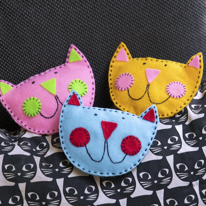 Nähe süße Katzen aus Filz. Kreativer Bastelspaß für Kinder.