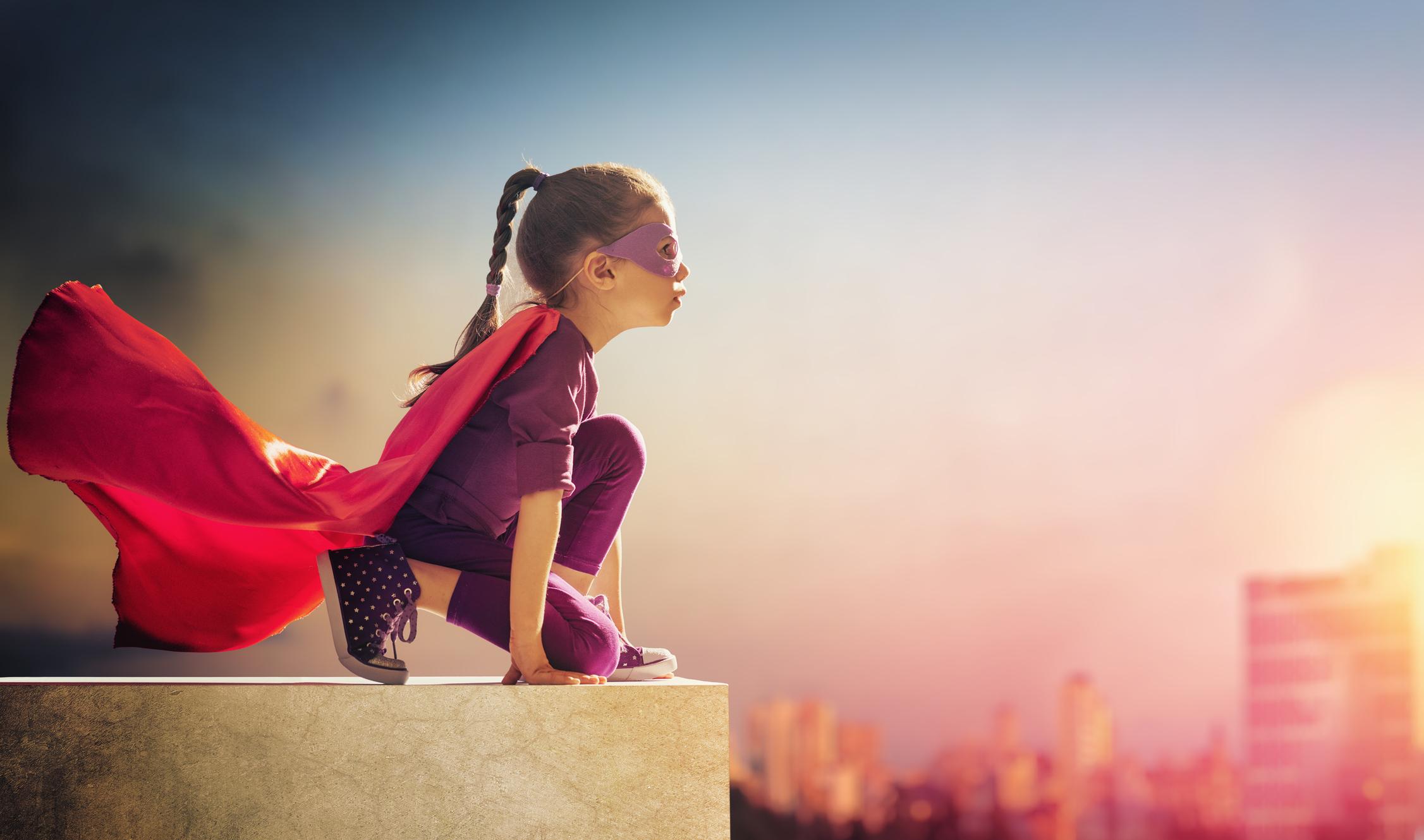 ung flicka utklädd till superhjälte