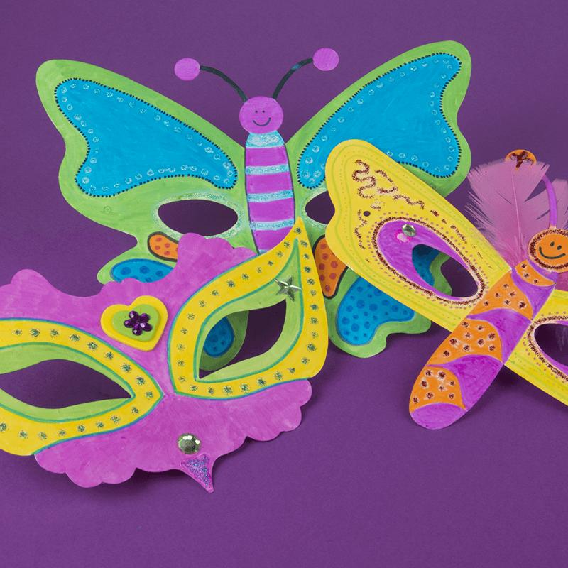 Toneel spelen met maskers die je zelf hebt beschilderd