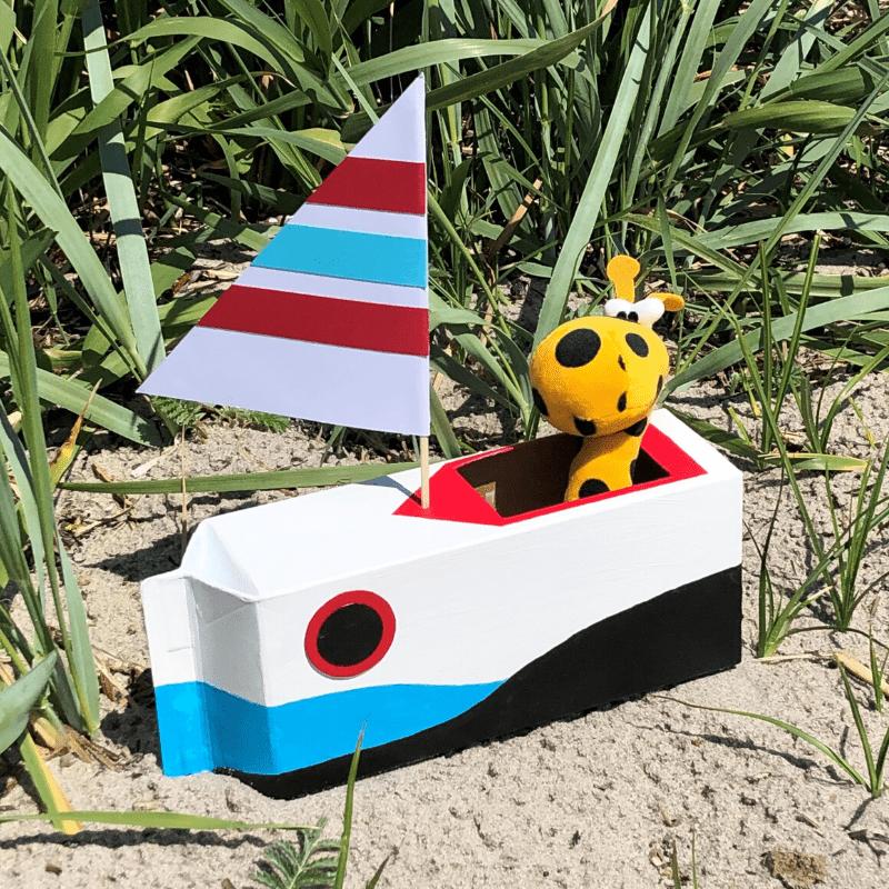 sommarpyssel för barn bygg en båt av kartong