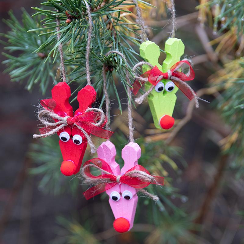 knutselen voor Kerstmis voor kinderen rendieren van wasknijpers