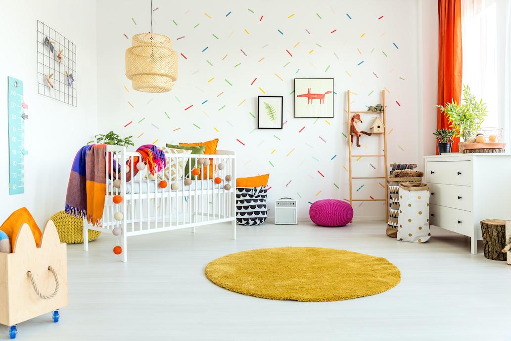 Inrett färgglatt barnrum med olika typer av möbler och textilier.