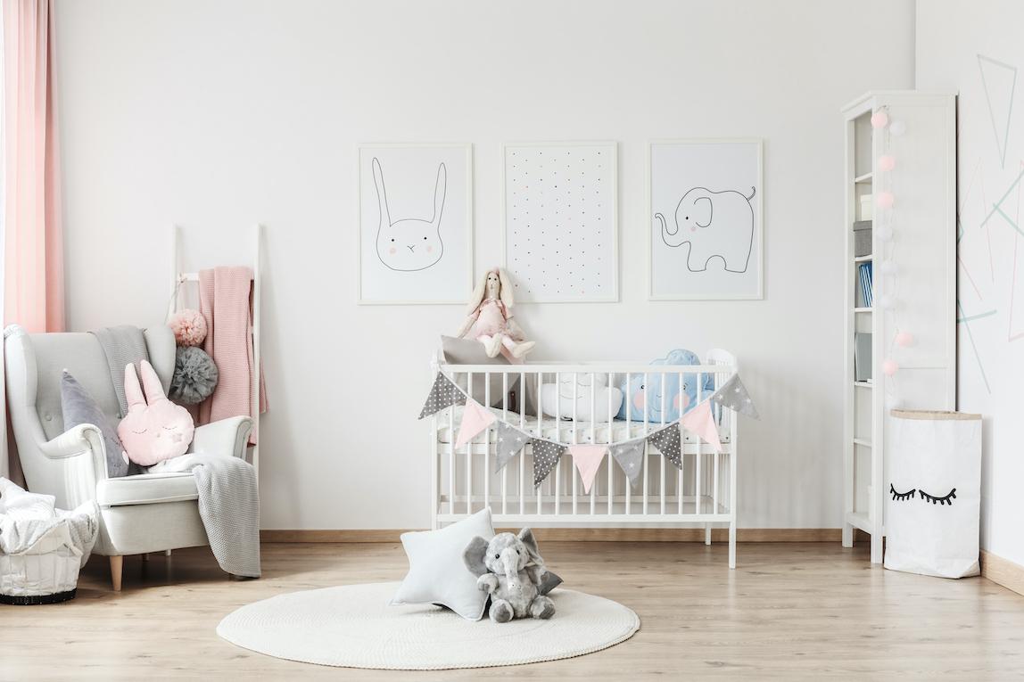 Barnrum, inredning med barnsäng, fåtölj, tavlor, matta och förvaring