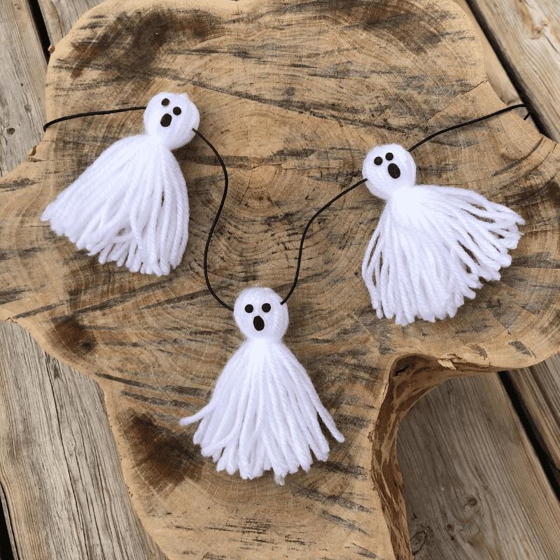 Halloweenpyssel för barn spöken av garn