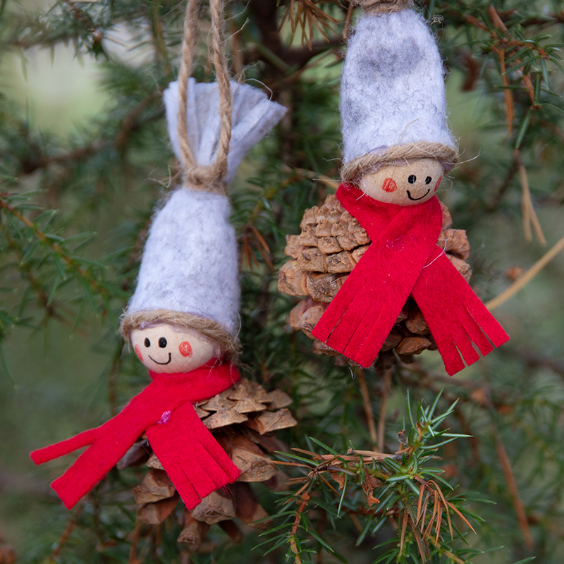 knutselen voor de kerst met dennenkegels en hobbyvilt, kerstkabouters