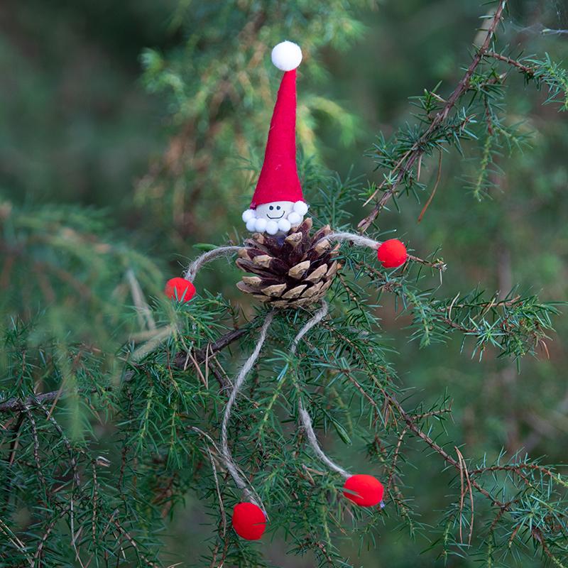 knutselen voor de kerst met dennenkegels en hobbyvilt, kerstmannetje