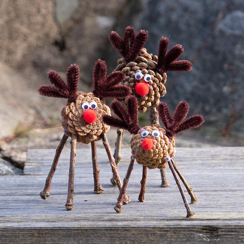 Lekker knutselen voor de kerst met dennenkegels, rendieren