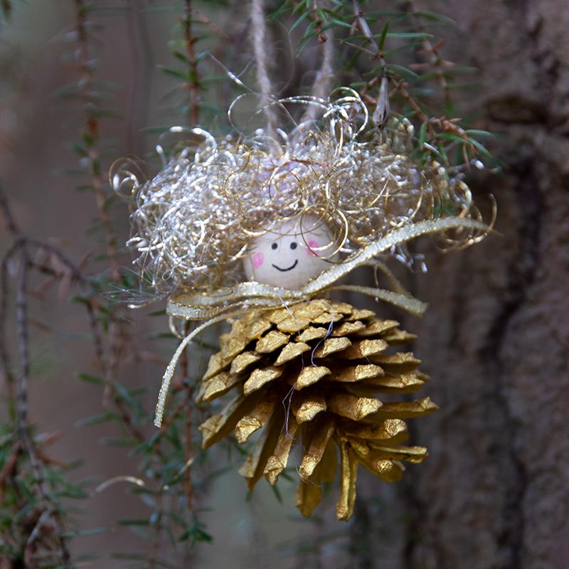 knutselen voor de kerst met dennenkegels, gouden engeltjes