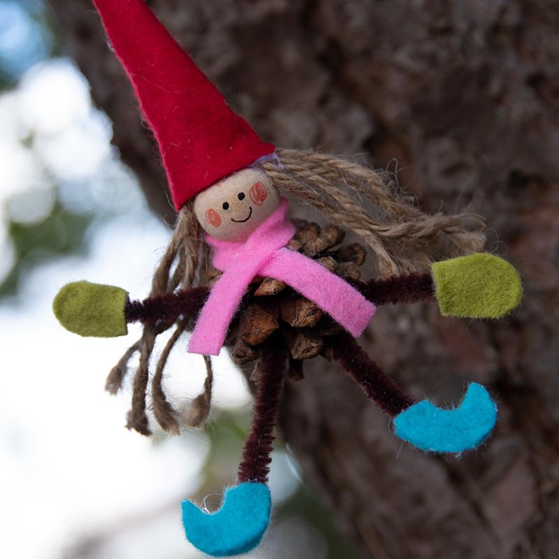knutselen voor de kerst met dennenkegels en pijpenragers, kerstelfjes