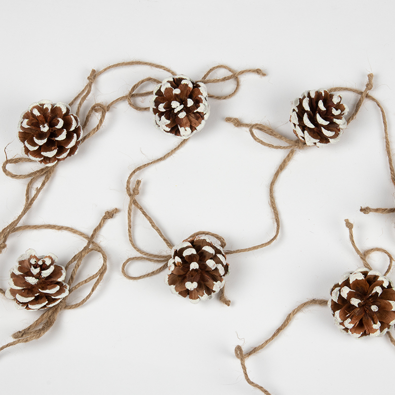 knutselen voor de kerst, slinger van dennenkegels