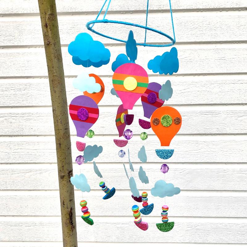 Pyssel med papper för barn. Pyssla en mobil med luftballonger.