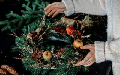 Zo bind je een kerstkrans voor op de deur