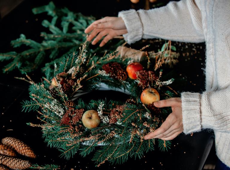 Slik lager du vakker julekrans til døren