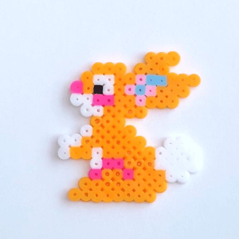 Orange kanin av rörpärlor