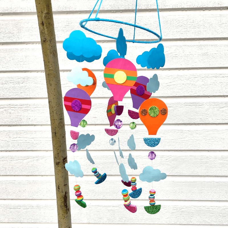 Création papier pour enfants. Faites votre propre mobile avec des montgolfières.